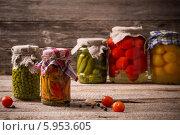 Купить «Овощи в банках на деревянном фоне», фото № 5953605, снято 5 апреля 2014 г. (c) Майя Крученкова / Фотобанк Лори