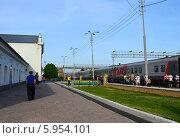 Купить «Пассажиры на железнодорожной станции у вагона-ресторана», фото № 5954101, снято 13 мая 2014 г. (c) Анна Мартынова / Фотобанк Лори