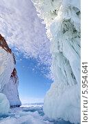 Байкал. Скалы острова Ольхон в причудливых наплесковых льдах. Стоковое фото, фотограф Виктория Катьянова / Фотобанк Лори