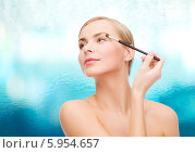 Купить «Девушка делает макияж глаз, нанося тени для век кисточкой», фото № 5954657, снято 5 декабря 2013 г. (c) Syda Productions / Фотобанк Лори