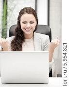 Купить «Молодая бизнес-леди радуется чему-то, сидя перед ноутбуком за рабочим столом», фото № 5954821, снято 16 июля 2011 г. (c) Syda Productions / Фотобанк Лори