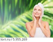 Купить «Девушка с полотенцем на голове смотрит вверх, дотронувшись руками до лица, стоя на фоне пальмового листа», фото № 5955269, снято 5 декабря 2013 г. (c) Syda Productions / Фотобанк Лори
