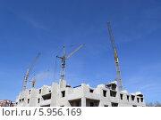 Купить «Подъёмные краны за строящимся домом», фото № 5956169, снято 18 апреля 2014 г. (c) Дмитрий Савостин / Фотобанк Лори