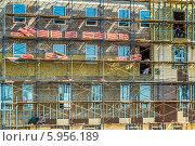 Купить «Строительные леса. Работы по утеплению и облицовке фасада строящегося здания», фото № 5956189, снято 16 мая 2014 г. (c) Владимир Сергеев / Фотобанк Лори