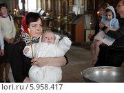 Купить «Москва. Крещение младенца, крестная мама несет младенца», эксклюзивное фото № 5958417, снято 4 мая 2014 г. (c) Дмитрий Неумоин / Фотобанк Лори