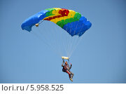 """Купить «Парашютист спускается на разноцветном парашюте типа """"крыло"""" на фоне синего неба», эксклюзивное фото № 5958525, снято 31 мая 2014 г. (c) Наталья Горкина / Фотобанк Лори"""