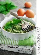 Купить «Омлет с крапивой в керамической форме на столе», фото № 5958777, снято 31 мая 2014 г. (c) Надежда Мишкова / Фотобанк Лори