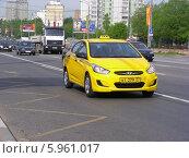 Купить «Автомобиль - желтое такси двигается по Щелковскому шоссе, Москва», эксклюзивное фото № 5961017, снято 10 мая 2014 г. (c) lana1501 / Фотобанк Лори
