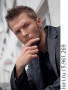 Портрет серьезного элегантного молодого мужчины. Стоковое фото, агентство BE&W Photo / Фотобанк Лори