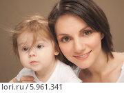 Купить «Портрет прекрасной молодой мамы с ребенком», фото № 5961341, снято 21 февраля 2018 г. (c) BE&W Photo / Фотобанк Лори