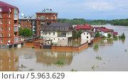 Купить «Затопленные дома в Бийске. Наводнение в районе Коммунального моста. Паводок на Алтае 01.06.2014 г.», фото № 5963629, снято 1 мая 2014 г. (c) Chere / Фотобанк Лори