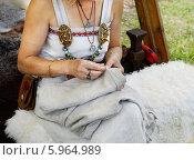 Купить «Мастерица - белошвейка. Ярмарка викингов на Аландских островах, Финляндия - одна из крупнейших в Скандинавии», фото № 5964989, снято 25 июля 2013 г. (c) Валерия Попова / Фотобанк Лори