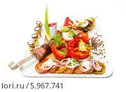Кебаб с овощным гарниром на белом подносе на белом фоне. Стоковое фото, фотограф Евгений Воробьев / Фотобанк Лори