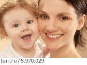 Купить «Портрет молодой красивой матери с маленькой дочерью», фото № 5970029, снято 21 февраля 2018 г. (c) BE&W Photo / Фотобанк Лори