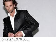 Портрет стильного мужчины в черном костюме. Стоковое фото, агентство BE&W Photo / Фотобанк Лори