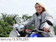 молодая блондинка на мотоцикле. Стоковое фото, фотограф Phovoir Images / Фотобанк Лори
