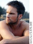 Купить «Портрет привлекательного мужчины с трехдневной щетиной», фото № 5970309, снято 17 октября 2018 г. (c) BE&W Photo / Фотобанк Лори
