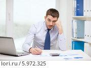 Купить «Уставший бизнесмен в офисе за рабочим столом», фото № 5972325, снято 15 марта 2014 г. (c) Syda Productions / Фотобанк Лори