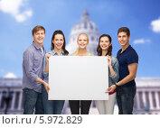 Купить «Группа молодых людей держит путой белый баннер, стоя на фоне здания Капитолия», фото № 5972829, снято 2 ноября 2013 г. (c) Syda Productions / Фотобанк Лори