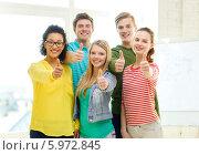 Купить «Молодые люд одновременно показывают жест одобрения, подняв большой палец руки вверх», фото № 5972845, снято 29 марта 2014 г. (c) Syda Productions / Фотобанк Лори
