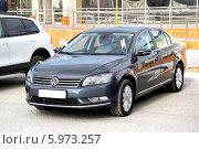 Купить «Автомобиль Volkswagen Passat», фото № 5973257, снято 1 июня 2014 г. (c) Art Konovalov / Фотобанк Лори