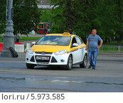 Купить «Водитель такси, стоя рядом с машиной и ждет пассажиров, Москва», эксклюзивное фото № 5973585, снято 15 мая 2014 г. (c) lana1501 / Фотобанк Лори