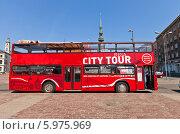 Купить «Красный двухэтажный экскурсионный автобус на площади Латышских стрелков в Риге, Латвия», фото № 5975969, снято 25 мая 2014 г. (c) Иван Марчук / Фотобанк Лори