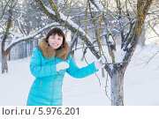 Купить «Beautiful woman in the winter garden», фото № 5976201, снято 25 января 2014 г. (c) Майя Крученкова / Фотобанк Лори