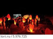 Купить «Люди поджигают и запускают китайские фонарики», фото № 5976725, снято 23 августа 2013 г. (c) Игорь Кутателадзе / Фотобанк Лори