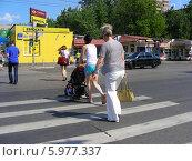 Купить «Люди переходят дорогу по пешеходному переходу на зеленый сигнал светофора, Первомайская улица, Москва», эксклюзивное фото № 5977337, снято 25 мая 2014 г. (c) lana1501 / Фотобанк Лори