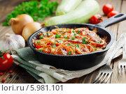 Купить «Запеканка из кабачков с помидорами и сыром в чугунной сковороде на деревянном столе», фото № 5981101, снято 5 июня 2014 г. (c) Надежда Мишкова / Фотобанк Лори