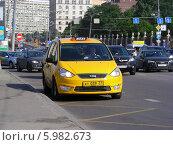 Купить «Желтое такси ждет пассажиров на улице Крымский вал, Москва», эксклюзивное фото № 5982673, снято 2 июня 2014 г. (c) lana1501 / Фотобанк Лори