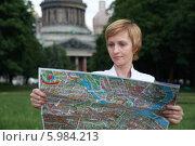 Девушка  смотрит карту. Стоковое фото, фотограф Dmitriy Zakharov / Фотобанк Лори