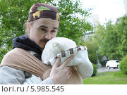 Купить «Молодой папа с младенцем в слинге», фото № 5985545, снято 2 июня 2014 г. (c) Айнур Шауэрман / Фотобанк Лори