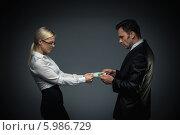 Купить «Деловые мужчина и женщина делят деньги», фото № 5986729, снято 19 декабря 2013 г. (c) Raev Denis / Фотобанк Лори