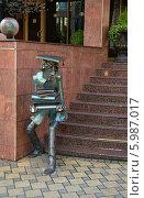 """Купить «Скульптура """"Студент"""" у входа в учебное заведение, город Сочи», эксклюзивное фото № 5987017, снято 16 апреля 2014 г. (c) Dmitry29 / Фотобанк Лори"""