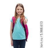 """Купить «Милая девочка со школьным рюкзаком за плечами показывает жест """"все хорошо"""", подняв большой палец вверх», фото № 5988613, снято 9 апреля 2014 г. (c) Syda Productions / Фотобанк Лори"""