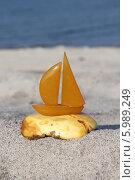 Купить «Янтарный парусник на берегу Балтики», эксклюзивное фото № 5989249, снято 5 июня 2014 г. (c) Шуньята Антонова / Фотобанк Лори