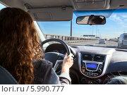 Девушка за рулем автомобиля, вид со спины. Стоковое фото, фотограф Кекяляйнен Андрей / Фотобанк Лори