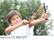 Купить «мальчик целится из рогатки», фото № 5990977, снято 12 июля 2010 г. (c) Phovoir Images / Фотобанк Лори