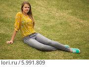 Портрет молодой девушки, сидящей на траве. Стоковое фото, фотограф Дарья Неведрова / Фотобанк Лори
