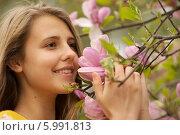 Симпатичная девушка в цветущем саду. Стоковое фото, фотограф Дарья Неведрова / Фотобанк Лори