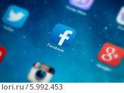 Купить «Иконка Facebook на экране смартфона», фото № 5992453, снято 9 мая 2014 г. (c) Александр Лычагин / Фотобанк Лори
