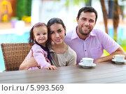 Купить «Счастливые родители с дочкой в кафе на отдыхе», фото № 5993569, снято 8 сентября 2013 г. (c) Дарья Петренко / Фотобанк Лори