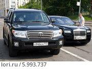 Купить «Автомобили Land Cruiser 200 и Rolls-Royce Ghost», фото № 5993737, снято 6 июня 2014 г. (c) Данила Васильев / Фотобанк Лори