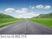 Купить «Прямая асфальтовая дорога среди холмов», фото № 6002113, снято 16 марта 2014 г. (c) Дмитрий Эрслер / Фотобанк Лори