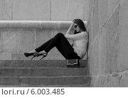 Девушка сидит на каменной лестнице. Стоковое фото, фотограф Natalia Bogdanova / Фотобанк Лори