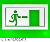 Зеленая сигнальная табличка exit (выход) Стоковая иллюстрация, иллюстратор Maksym Yemelyanov / Фотобанк Лори