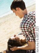 Купить «Пара отдыхает на пляже», фото № 6007321, снято 15 мая 2014 г. (c) Яков Филимонов / Фотобанк Лори