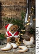 Рождественские домашние печенья, плюшевый мишка и керосиновая лампа на столе. Стоковое фото, фотограф Natasha Breen / Фотобанк Лори